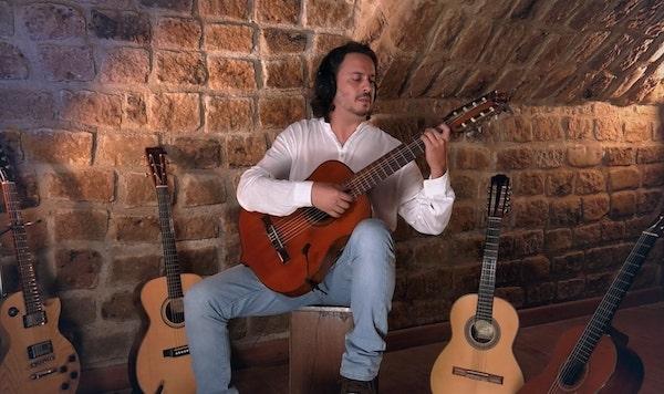 Chrystian Dozza faz recital online de inéditas com violões, viola caipira, guitarra elétrica e looping