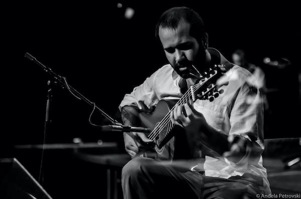 """Daniel Marques faz híbrido de violão e baixo na música """"Palavra Cruzada"""", do CD Novas 3. Baixe a partitura"""